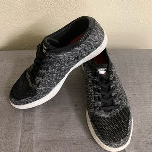 Memory foam laceless tennis shoes